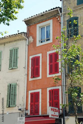 Façades et volets colorés rouges et verts, ville de Salon de Provence, département des Bouches-du-Rhône, France © Philippe Prudhomme