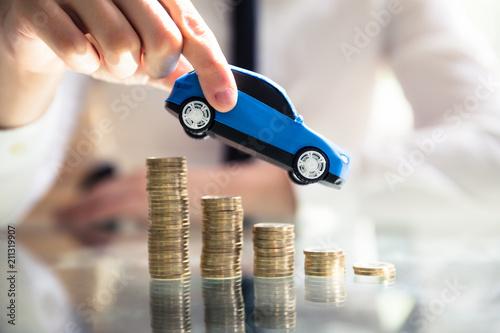 Osoba Latający Samochód Nad Odchylonymi Ułożone Monety