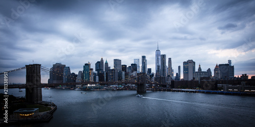 czerwiec-2-2018-r-new-york-new-york-usa-nowy-jork-i-east-river-przedstawiaja-brooklyn-bridge-i-manhatten-skyline-widziane-z-queens