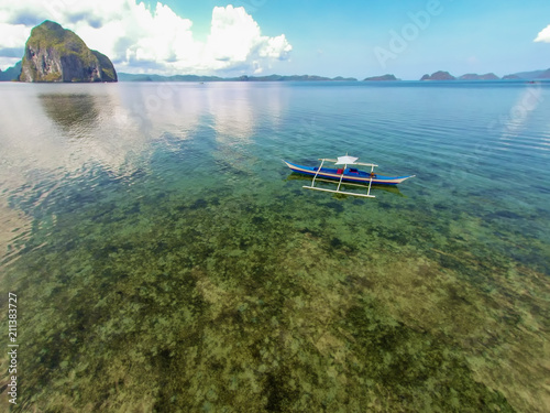 Aluminium Tropical strand Top view of a tropical island with palm trees and blue clear water. Aerial view of a white sand beach and boats over a coral reef. The island of Palawan, Philippines.