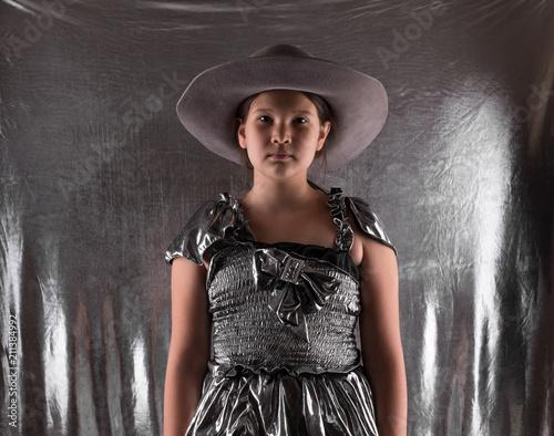 młoda dziewczynka w srebrnej sukience