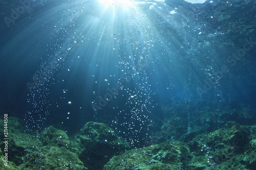 Leinwanddruck Bild Underwater ocean background with air bubbles in water