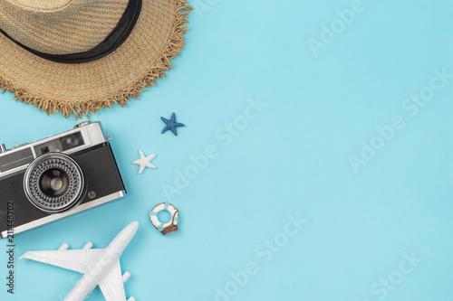Retro kamera z zabawka samolotem na pastelowym błękitnym tle z kopii przestrzenią