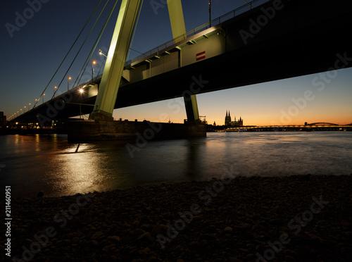 rhein bei nacht mit severinsbrücke bei köln