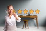 junge Frau vergibt 5 Sterne Bewertung