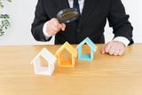 不動産の調査をするビジネスパーソン - 211498756