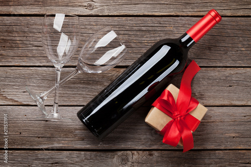 Red wine bottle and gift box - 211531914