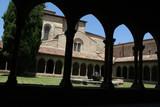 cloître de l'abbaye de saint hilaire dans l'aude en france - 211538595