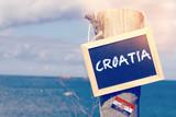 Das Meer, Strand und ein Schild mit dem Wort Kroatien