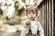 Kleiner Junge zeigt einen Stein
