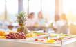 canvas print picture - Frisches Obst zur Auswahl in Cafeteria einer Schule