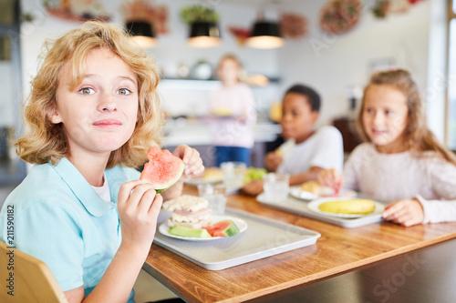 Poster Junge in der Kantine beim Mittagessen