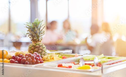 Frisches Obst zur Auswahl in Cafeteria einer Schule - 211590195