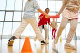 Kinder Team macht einen Staffellauf - 211590307