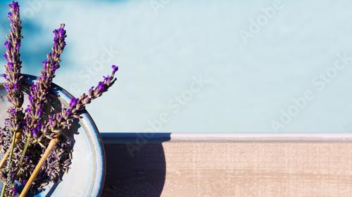 Fotobehang Lavendel lavande et faïence en bord de piscine