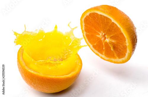 pomarańczowy splash na tle izolowania
