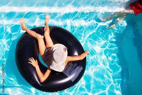 détente sur la piscine - 211596741