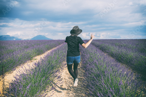 Fotobehang Lavendel Danser au milieu des lavances