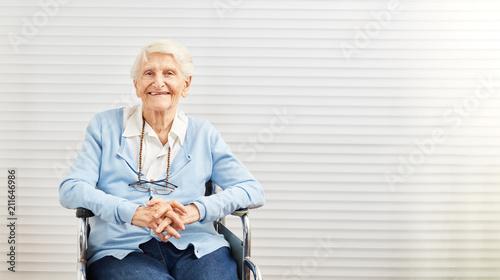 Foto Murales Alte Frau sitzt lächelnd im Rollstuhl im Seniorenheim