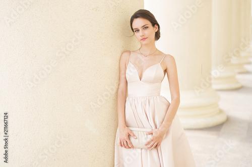 Elegancka mody dziewczyna w mieście
