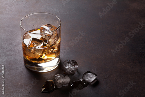 Whiskey with ice - 211678585