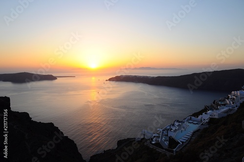 Aluminium Zee zonsondergang Sunset view with white architectures and colorful houses above the volcanic caldera in the village of Thira in Santorini island, Greece
