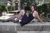 Jeune femme gothique aux collants déchirés - 211738999