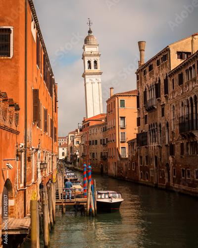 Torre torta e edificios em veneza, Italia
