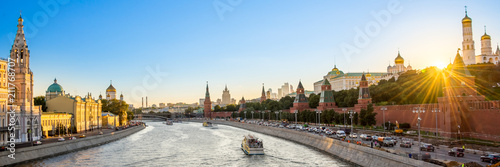 Canvas Moskou Panorama of the Moskva river with the Kremlin's towers at sunset, Moscow, Russia