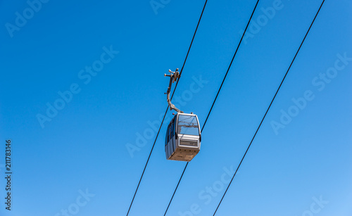 Foto Murales cableway against the sky, transport at height and tourist attraction