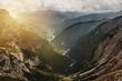 Aussicht mit Bergen ins Tal bei Sonnenuntergang - 211789526