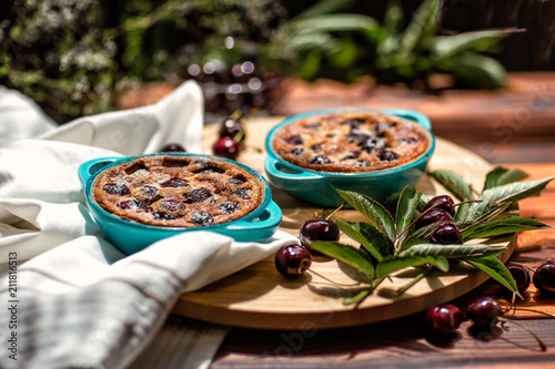 Aluminium Kersen French cuisine. Clafoutis. Homemade cake. French cherry pie. On a wooden background.