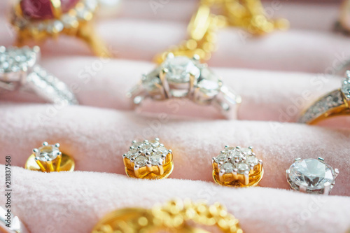 Leinwanddruck Bild Gold and silver diamond gemstone ring necklaces and earrings in luxury jewelry box