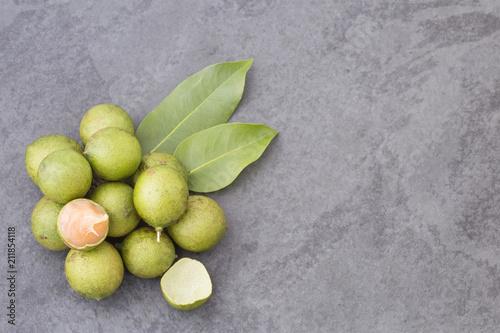 Świeża dojrzała strugająca quenepa owoc - Melicoccus bijugatus