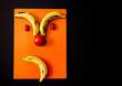 expresión hecha con frutas en un fondo negro