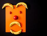 expresión hecha con frutas en un fondo negro - 211856907
