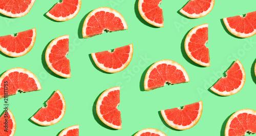 Przekrawający świeży grapefruits na jaskrawym koloru tle
