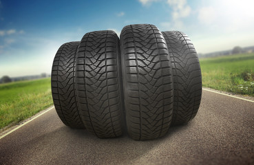 Reifen auf der Straße / Sommerreifen © Coloures-Pic