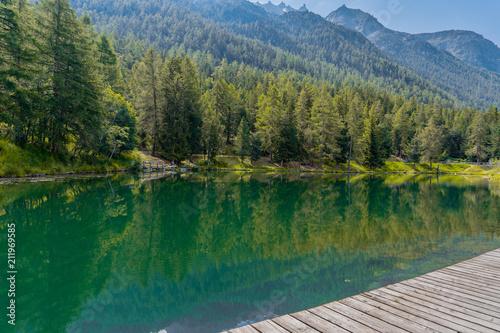 Ein See in der Natur mitten im Sommer in Grächen in der Schweiz