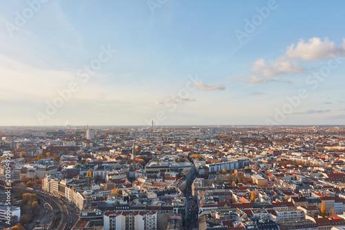 Urbane Großstadt Berlin von oben mit Himmel - 212054925