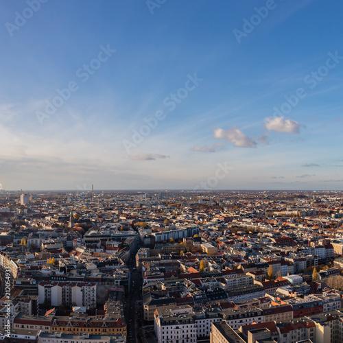 Berlin Skyline von oben am Tag mit Himmel