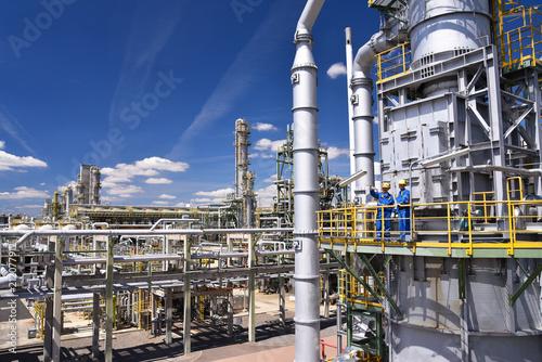 Foto Murales Industrial worker in a chemical factory - production of fuel in a refinery - buildings, facilities and workers // Industriearbeiter in einer Chemiefabrik - Herstellung von Benzin in einer Raffinerie