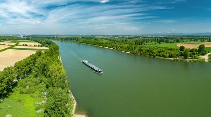 Frachtschiff auf dem Rhein zwischen Worms und Ludwigshafen
