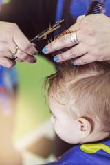 First haircut: scissors length of little boy's hair © Monique