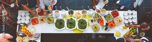 canvas print picture Großes vegetarisches Catering Salat  Buffet mit gesundem Essen, Salten und Obs wo sich Menschen bedienen