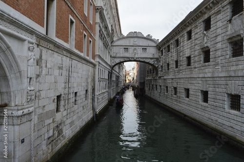 Ponte dos Suspiros com canal em Veneza