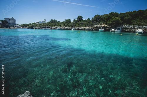 turkusowa woda w hiszpańskiej Menorce jak na Karaibach, czysta i idealna do kąpieli i kąpieli