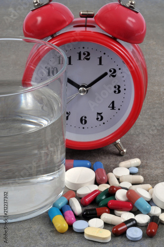 Aluminium Apotheek Verre d'eau à côté de médicaments et d'un réveil-matin