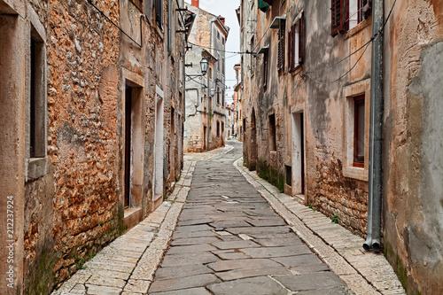 Fototapeta Vodnjan, Istria, Croatia: old alley in the town near Pula