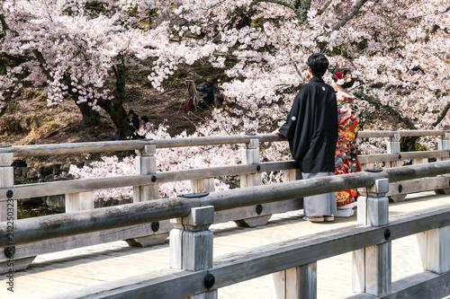 Traditionelles japanisches Paar im Kimono auf einer Brücke im Nara-Park, Japan